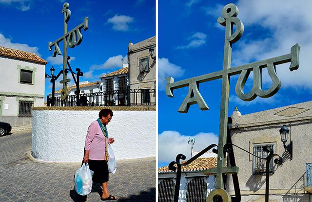 Dos vistas del monumento al Crismón de Baena. Foto: Pilar Arcos